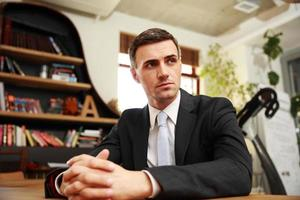 empresário sentado no escritório foto