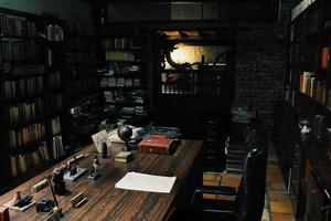 antigua oficina com biblioteca foto