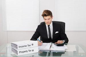 imposto calculista de empresário no escritório foto