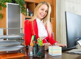 jovem empresária no escritório foto
