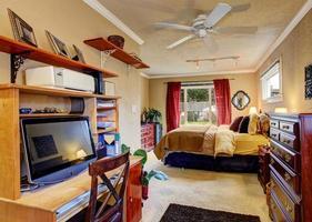 interior do quarto com área de escritório foto