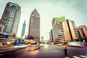 tráfego turva movimento e edifícios de escritórios foto