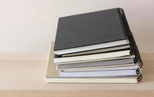 pilha de caderno espiral foto