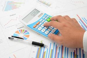 mão do empresário usando calculadora