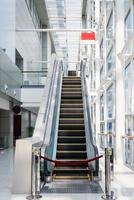 escada rolante fora de serviço em um escritório