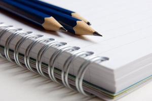 bloco e lápis foto