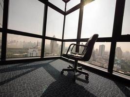 sentindo vazio e solitário no escritório foto