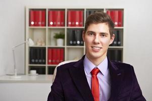jovem empresário no escritório foto