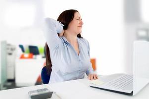 dor de garganta no escritório foto