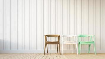 3 cadeira e parede branca com listras verticais
