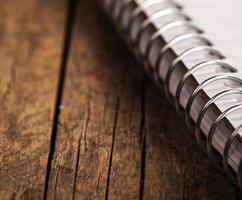 fundo em branco. caderno espiral de papel foto