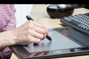 caneta e mesa digitalizadora foto