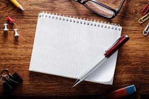 anotações gráficas com outros materiais escolares na mesa foto