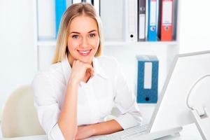 mulher de negócios usando o laptop no escritório foto