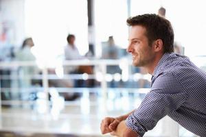 retrato de homem no escritório, vista lateral foto