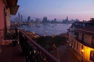 céu noturno sobre a cidade do Panamá foto