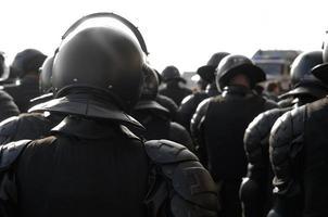 policiais em equipamento anti-motim.