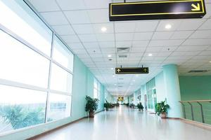 corredor longo vazio no edifício de escritório moderno. foto