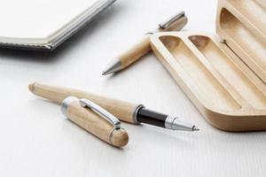 caneta esferográfica de madeira e caneta roller foto