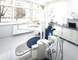 instrumentos e ferramentas dentais em um consultório de dentistas foto
