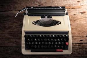 máquina de escrever vintage na mesa de madeira foto