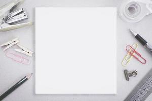 espaço em branco em branco com artigos de papelaria grampo e escritório foto