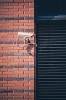 câmera de segurança, sistema de segurança de vigilância no prédio de escritórios foto