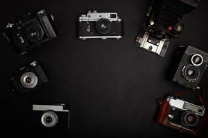 câmera de filme vintage na mesa de escritório. vista do topo foto