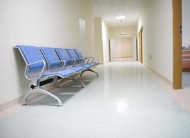 interior de um corredor de hospital vazio foto