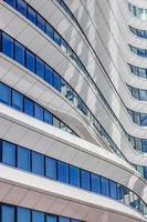 linhas e curvas de um prédio de escritórios contemporâneo em groningen