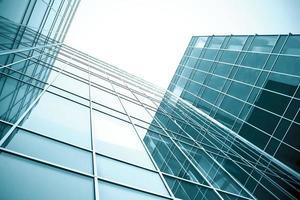 vista em perspectiva para arranha-céus de vidro em quase foto