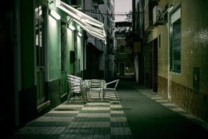 rua à noite vazia na cidade com edifícios foto