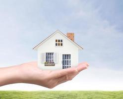 segurando casa representando a propriedade da casa foto