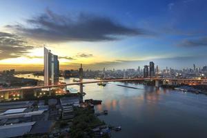prédio de escritórios de Banguecoque ribeirinha ao pôr do sol, antes da noite cair foto