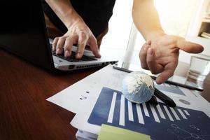 documentos de negócios na mesa de escritório com textura do mundo foto