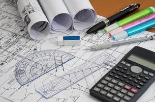 desenhos de engenharia com lápis de desenho, marcadores e ferramentas de medição. foto