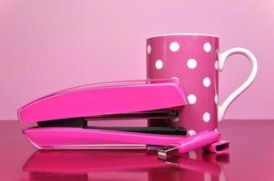 grampeador rosa para escritório, pen drive e caneca de bolinhas foto