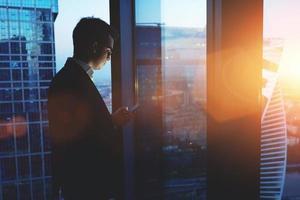 jovem empresário conversando no telefone móvel no espaço do escritório foto