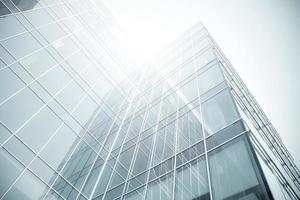 vista em perspectiva de arranha-céu de vidro moderno foto