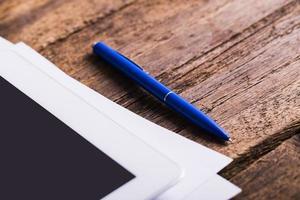 tablet digital moderno em branco com papéis