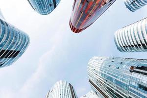 olhando para o escritório de negócios moderno edifício exterior e céu foto