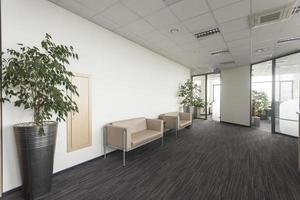 uma grande área de escritório com design de interiores moderno e sofás foto