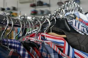 camisas na linha de cabide cromado