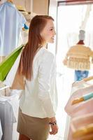 comprador com sacos foto