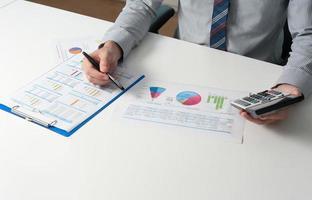 empresário, analisando o relatório, conceito de desempenho de negócios foto