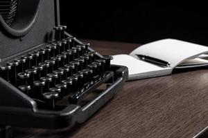 velha máquina de escrever e notebook foto