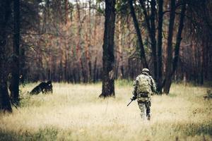 soldado com rifle na floresta