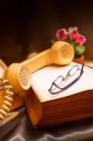 telefone retro e livro velho. foto