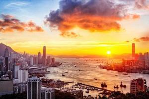 pôr do sol na cidade de hong kong foto