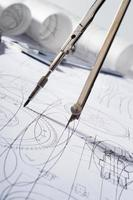 bússolas e blueprint foto